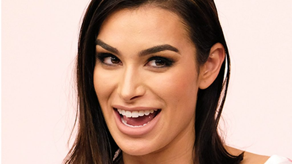 bachelor nation member ashley iaconetti smiling