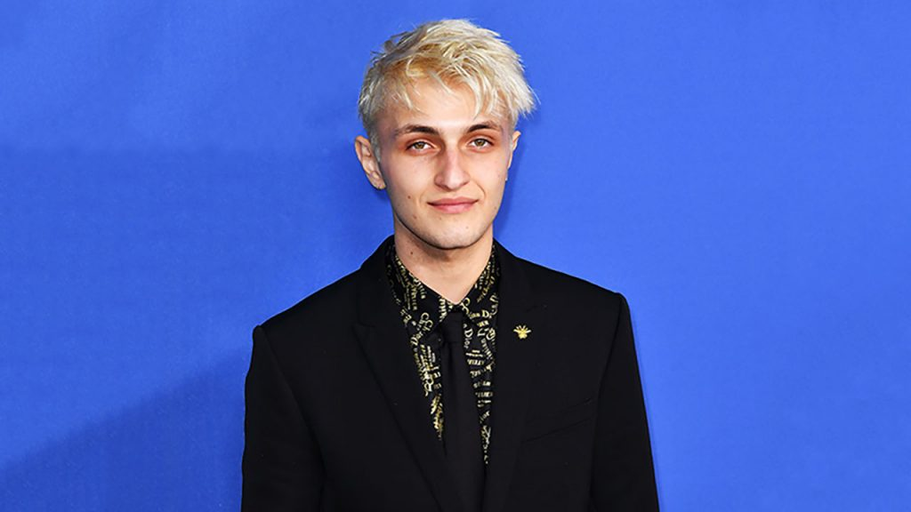 Anwar Hadid poses on the red carpet (Photo by: Getty Images)